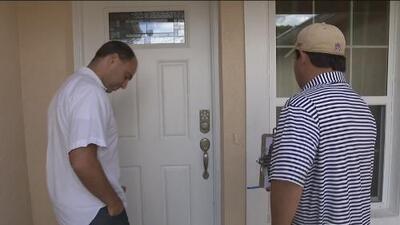 Equipos de campaña de Hillary Clinton tocan puertas de viviendas para motivar votos