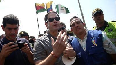 Congresistas estadounidenses visitan la frontera entre Colombia y Venezuela tras la llegada de más ayuda humanitaria