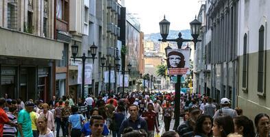 Los caraqueños están siendo peatones a la fuerza en una ciudad que no fue pensada para caminar