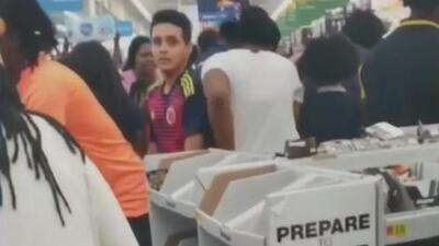 En medio de empujones, cientos de personas buscan abastecerse por la llegada del huracán Florence