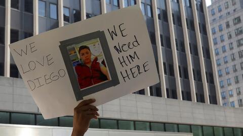 Activistas, familiares y amigos piden que se detenga la orden de deportación de una madre ecuatoriana y su hijo
