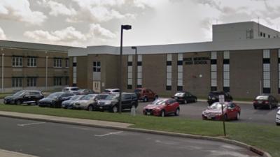 Adolescente víctima de tiroteo corre a escuela cercana en busca de ayuda, policía evacúa el lugar