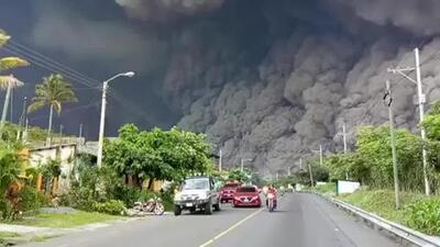 Video: La gigantesca columna de cenizas que cubrió el cielo en Guatemala tras la erupción del volcán de Fuego