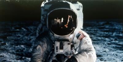 Guerra del fútbol, los Beatles y JLo: lo que estaba pasando en la Tierra cuando el hombre llegó a la Luna (en fotos)