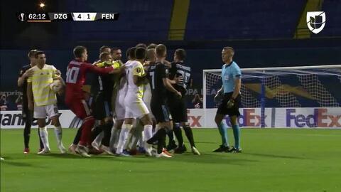 Tarjeta amarilla. El árbitro amonesta a Amer Gojak de Dinamo Zagreb
