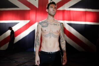 Adam Levine muestra su lado más sexi