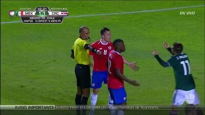 Tarjeta amarilla. El árbitro amonesta a José Van Rankin de Mexico