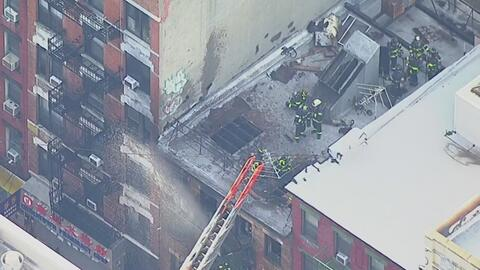 Voraz incendio consume un edificio de Chinatown, en Nueva York, y deja dos mujeres gravemente heridas