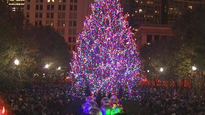 Cientos de personas asisten al tradicional encendido del árbol navideño en Millennium Park