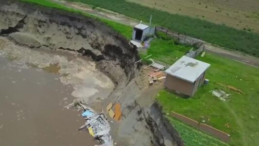 """""""Se desapareció como arte de magia"""": se derrumba la casa que quedaba al borde de un socavón en Puebla, México"""