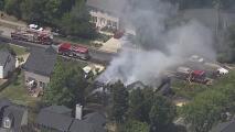 Salvan a pareja de la tercera edad al incendiarse su casa en Apex