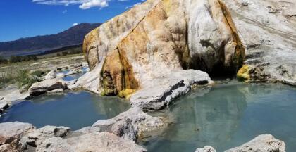 """<b>Travertine Hot Springs ofrece un <a href=""""https://www.univision.com/local/fresno-kftv/estas-son-los-mejores-lugares-para-darte-un-bano-con-aguas-termales-en-california-fotos"""" target=""""_blank"""">baño termal </a>al aire libre y gratis</b>. Son cuatro piscinas calientes naturales, a una temperatura promedio de 102ºF, las que están ubicadas muy cerca de la ciudad de Bridgeport, en el condado de Mono, la belleza del lugar promete una experiencia inolvidable. Saliendo de Fresno, son al menos 5 horas en vehículo en dirección hacia la montaña. Puedes acceder por la carretera 395, pero debes poner mucha atención a la ruta, puesto que el camino no está bien señalizado."""