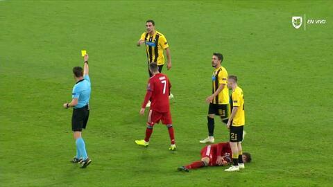 Tarjeta amarilla. El árbitro amonesta a Vasilios Lampropoulos de AEK Athens