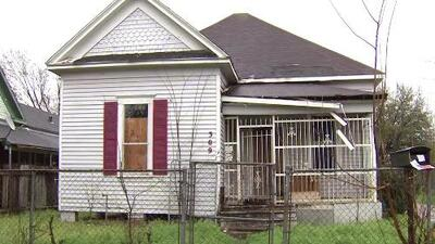 Autoridades incautan drogas, dinero y armas de fuego en una vivienda abandonada al este de Houston