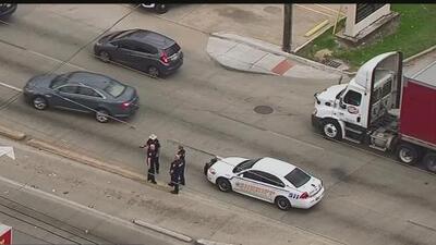 Un hombre es baleado en la cabeza cuando iba con un menor en su auto por una calle de Houston