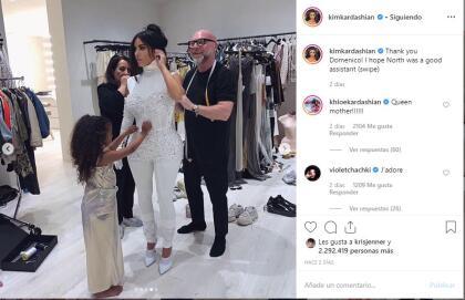 """Una muy reciente fue apenas a inicios de junio pasado cuando Kim compartió  <b><a href=""""https://www.instagram.com/p/ByLb7x2go03/"""" target=""""_blank"""">una foto</a></b> en su cuenta de Instagram en la que se ve a la niña ayudarle con un vestido junto al famoso diseñador  <b>Domenico Dolce.</b>"""