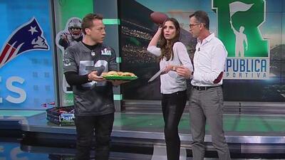 República Deportiva de contrastes: mientras los hombres comen, Lucía Villalón imita a Tom Brady