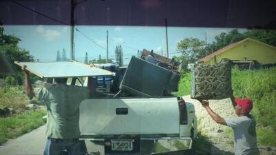 Autoridades imponen una multa de 410 dólares a un conductor por botar basura en un lugar indebido