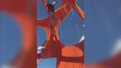 El momento en que las cuerdas elásticas de un trampolín de 'bungee' se rompen