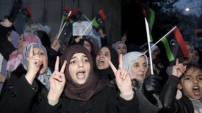 Miles reclaman renuncia de Gadafi y son reprimidos; ya son 200 los muertos