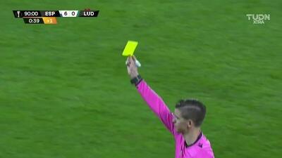 Tarjeta amarilla. El árbitro amonesta a Jody Lukoki de Ludogorets Razgrad