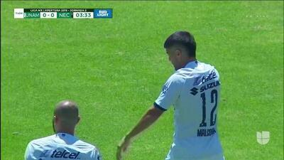 Alexis Peña despeja el balón y aleja el peligro