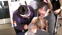 Después de cuatro meses, y a causa de una extraña enfermedad, mujer de Fresno vuelve abrazar a su hija