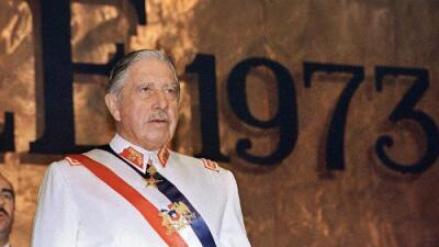 Socios del Colo Colo borran a Pinochet de los registros del club