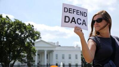 """Corte de apelaciones considera """"arbitraria y caprichosa"""" decisión de Trump de cancelar DACA y lo mantiene vigente"""