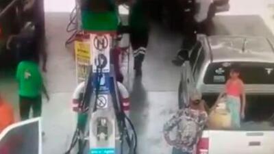El impactante momento en que una niña y su padre se prenden en llamas en una gasolinera en México
