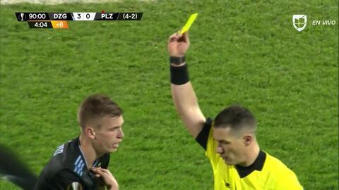 Tarjeta amarilla. El árbitro amonesta a Dani Olmo de Dinamo Zagreb