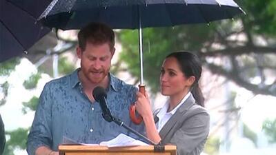 Meghan Markle causa sensación en las redes sociales por cubrir de la lluvia con un paraguas al príncipe Harry