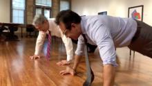 El alcalde de San Antonio, Ron Nirenberg, y Antonio Guillén hacen lagartijas para salvar vidas de militares