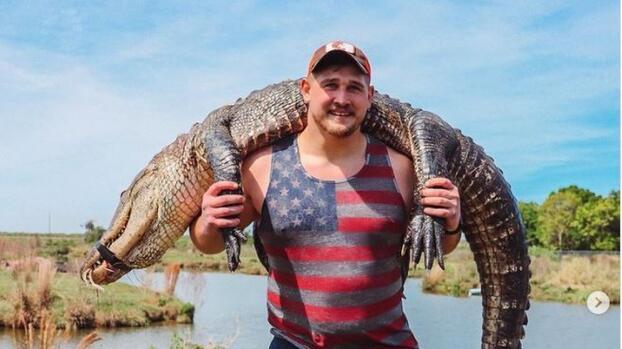 Estrella de la NFL caza un caimán y lo presume en redes sociales