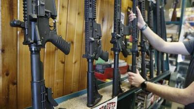 Protestan contra la venta de armas de asalto en Riverdale, Chicago