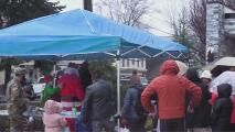 Familias de Staten Island celebran sus tradiciones de Navidad a pesar de la lluvia y la pandemia