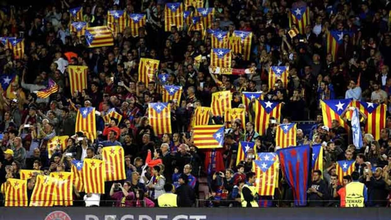 El Camp Nou se vistió de banderas independentistas y abucheos al himno de  la Champions - Univision d667a0efde8