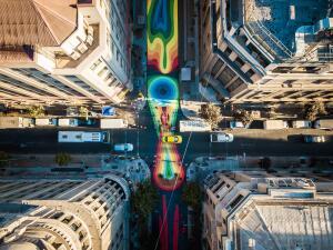 Fotos: conoce la colorida e inédita calle que transformó el centro de Santiago de Chile