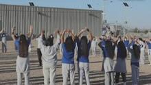 """""""Los niños sí están cuidados"""": congresista Sylvia García sobre su visita a un centro de detención en Carrizo Springs"""