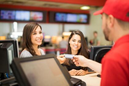 <b>Puesto 19. Trabajadores de establecimientos de entretenimiento y relacionados. </b>Ganaron en promedio 27,196 dólares en 2018. Estos son los empleados no especializados de los parques, cines, teatros y casinos, entre otros. Los 85,000 trabajadores de esta industria ganaron un promedio de 523 dólares por semana en 2018, muy por debajo de la mediana semanal del pais (900 dólares, el equivalente a 46,800 al año).