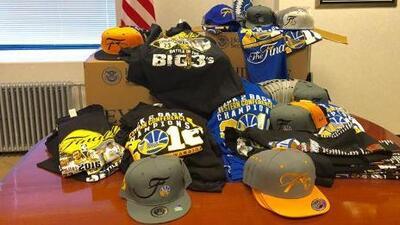 Jerseys, gorras y playeras: decomisan más de 1,500 productos falsos de los Golden State Warriors
