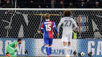 Basel derrotó al Manchester United y postergó pase del United