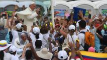 El papa Francisco sufre un pequeño accidente en la culminación de su gira por Colombia