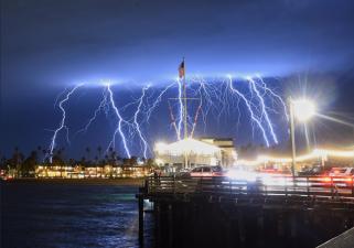 1,200 rayos en cinco minutos: ordenan evacuación por tormentas en el sur de California (fotos)