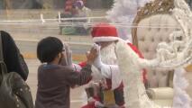 El covid-19 no será el Grinch que se roba la Navidad: Santa usa cabina de plástico para saludar a los niños