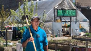 Convierten un terreno abandonado en La Villita en un huerto donde cultivan comida
