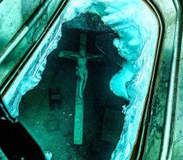 La historia detrás del crucifijo gigante sumergido en el lago Michigan