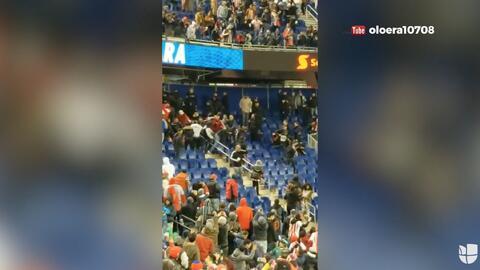 Brutal e impactante pelea en la grada entre aficionados de Chivas y New York Red Bulls