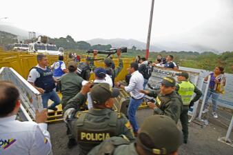 Entre gases lacrimógenos y pedradas: militares y manifestantes se enfrentan en la frontera entre Colombia y Venezuela (fotos)