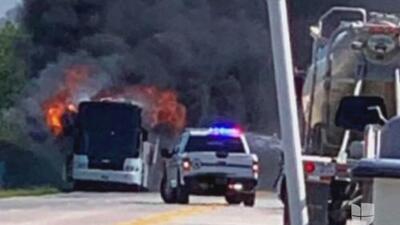 Cargado de estudiantes, un autobús ardió en llamas en una carretera de Texas